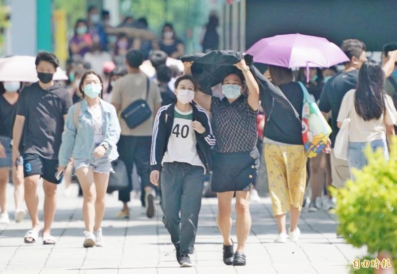明天白天各地悶熱,大台北及中南部地區高溫可來到32至34度,各地紫外線指數易達過量至危險級,外出活動請注意防曬、多補充水分。(資料照)