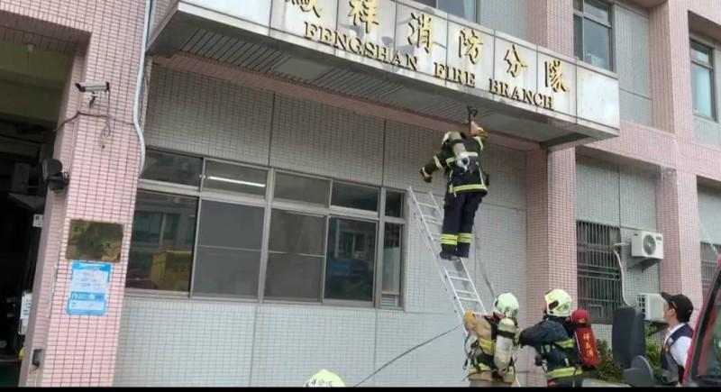 消防員常訓爬梯墜地受傷。(記者蔡清華翻攝)