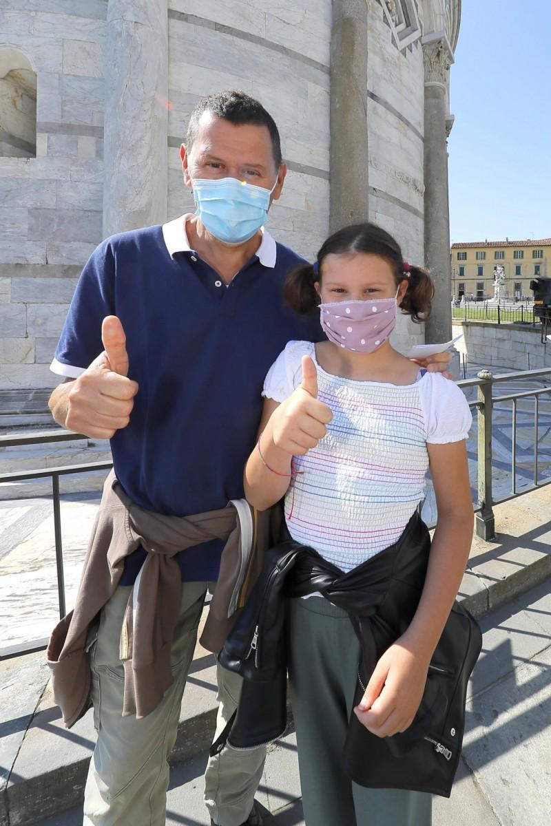 父親羅伯托及女兒馬蒂爾德是第一批在比薩斜塔重開後參訪的遊客。(歐新社)