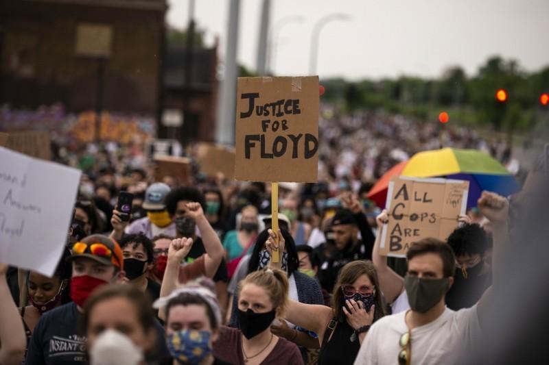 美國明尼蘇達州的明尼阿波利斯市(Minneapolis)警察暴力事件延燒,抗議活動四起,甚至出現暴力衝突場面;底特律也有不少民眾上街抗議,未料稍早抗議現場傳出槍響,一名休旅車駕駛突向抗議人群開槍,一名19歲男子中彈身亡。(法新社)