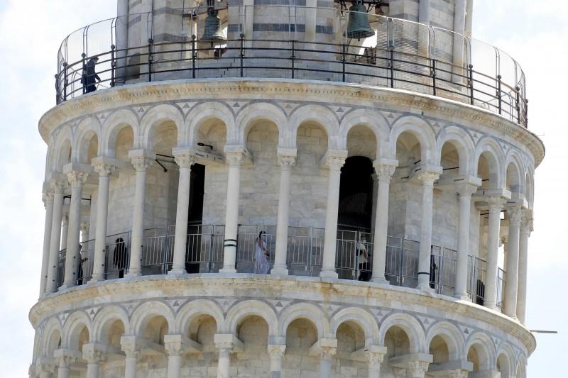 比薩斜塔重新開放,除了規定上塔人數,同時也要求遊客須配戴口罩。(歐新社)