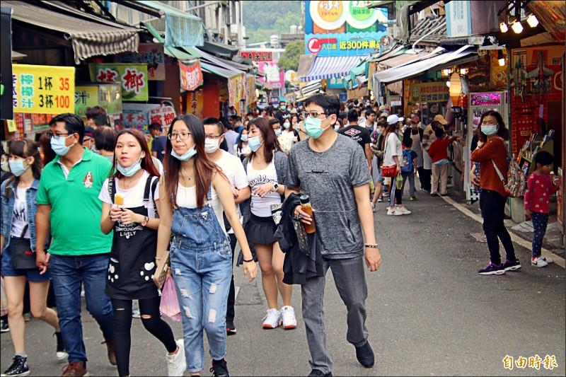 新竹縣內灣、北埔、湖口3處商圈,將於6月1日解除人潮分流管制措施,圖為內灣老街。(記者黃美珠攝)