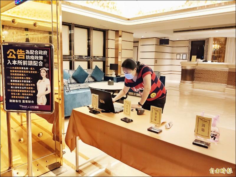 酒店業者為六月一日復業做準備。(記者謝武雄攝)