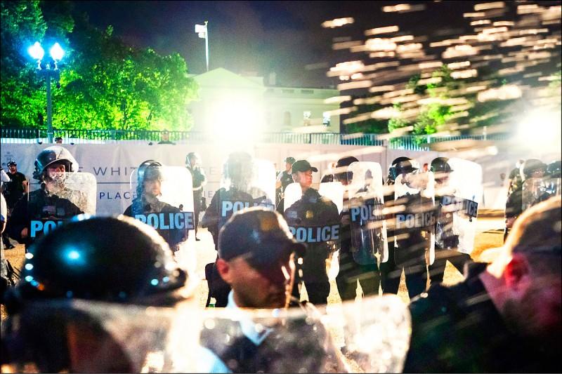 美國秘勤局幹員30日在白宮外形成一道防線,阻止不滿警察暴力的抗議人士。(歐新社)