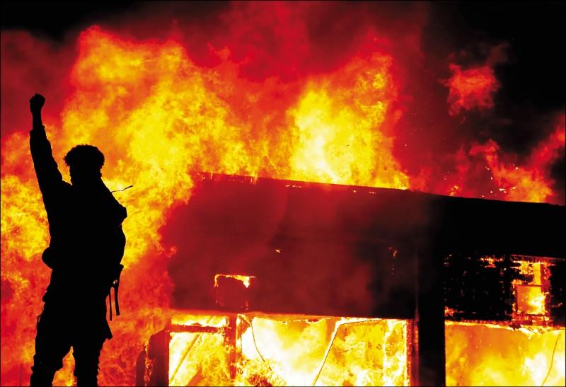 抗議人士在警察暴力案原點明尼蘇達州明尼亞波里斯市縱火。(路透)