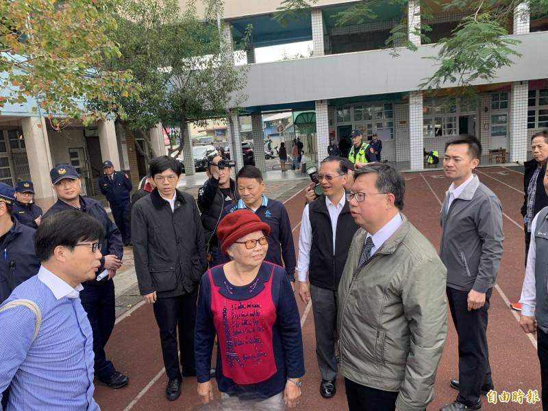 桃園市長鄭文燦(右)今年元月間,和母親鄭邱碧回女士(中)一起去到大安國小投票。(資料照)
