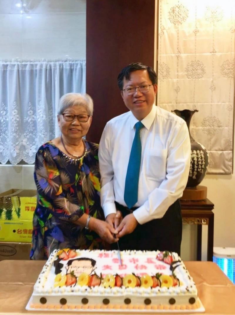 桃園市長鄭文燦(右)母親鄭邱碧回(左)於昨日深夜安詳辭世,享壽85歲。圖為2年前鄭文燦和母親共度母親節,鄭文燦在臉書發文表達對媽媽的感謝。(翻攝自鄭文燦臉書)