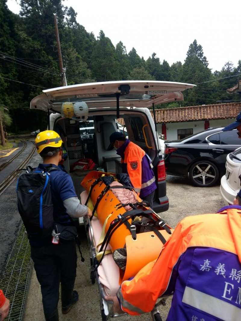 阿里山鄉眠月線傳山友滑落山谷意外,由救護車送往嘉義市醫院治療。(記者蔡宗勳翻攝)