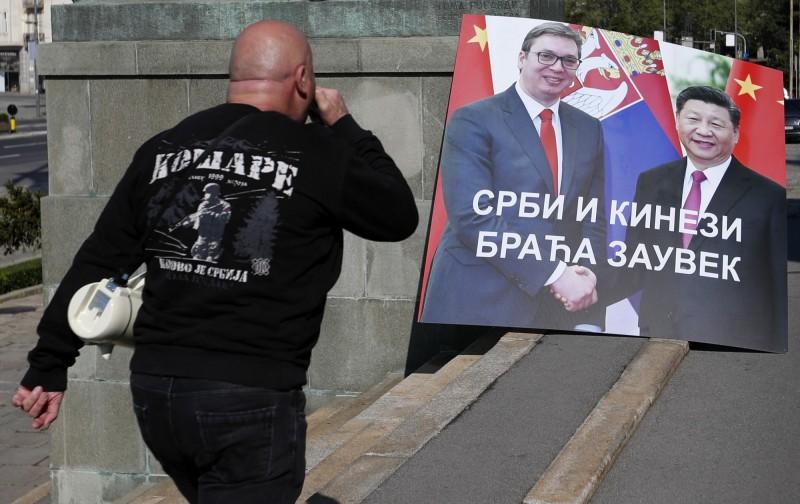 塞爾維亞首都貝爾格勒(Belgrade)街頭上出現大型看板,上頭為總統武契奇與中國國家主席習近平握手的畫面,並寫上「塞爾維亞人和中國人永遠是兄弟」。(美聯社檔案照)