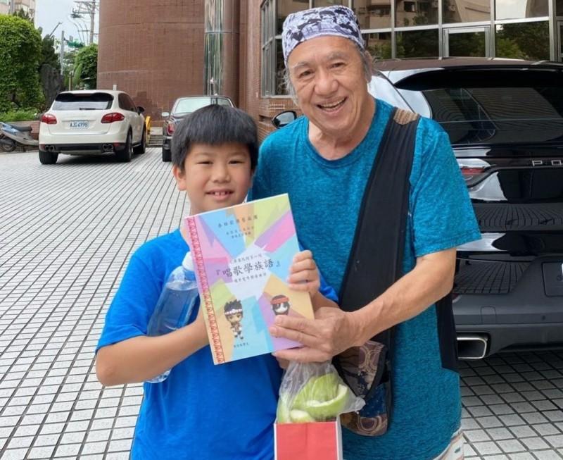 泰雅薪傳藝術團長吳廷宏(右)與孫子吳蔚恩等家族成員,共同發行泰雅兒歌第一集CD曲譜書,讓學生以唱歌學族語。(記者張勳騰翻攝)