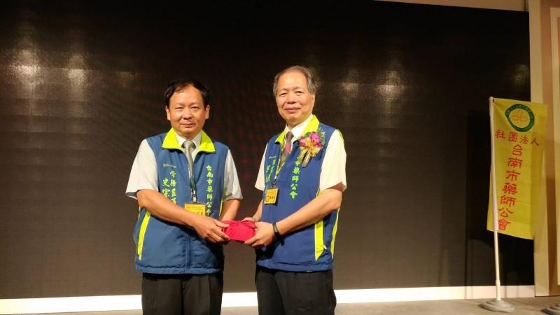 台南市藥師公會理事長吳振名(右)積極任事,獲得會員肯定、蟬聯理事長。(記者王俊忠翻攝)