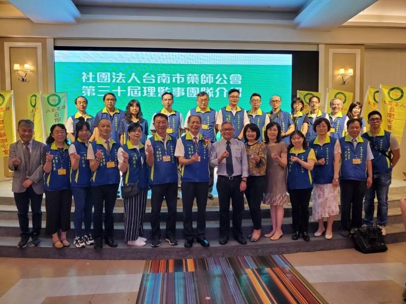 台南市藥師公會理事長改選,現任理事長吳振名(左7)獲得會員肯定連任。(記者王俊忠翻攝)