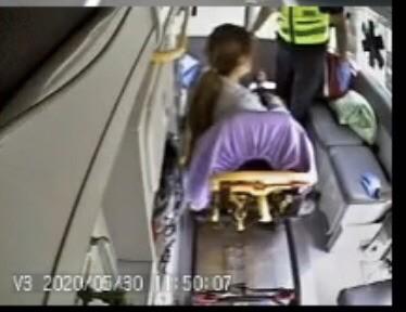 女乘客上救護車送醫,所幸此時意識已清醒。(台中市消防局提供)
