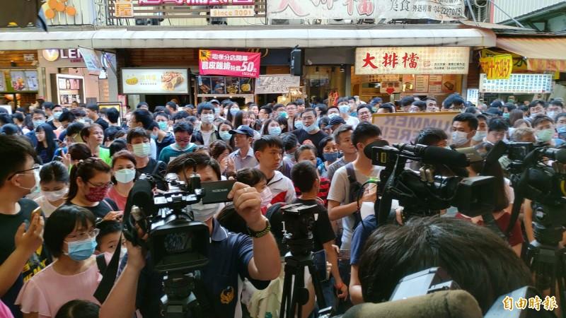 衛福部長陳時中還沒到一中商圈,現場已擠爆民眾。(記者張菁雅攝)
