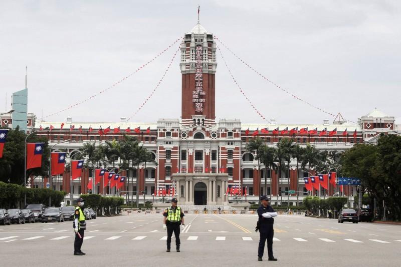 蔡英文總統今年5月20日就職時,警方在總統府外駐守。(路透)