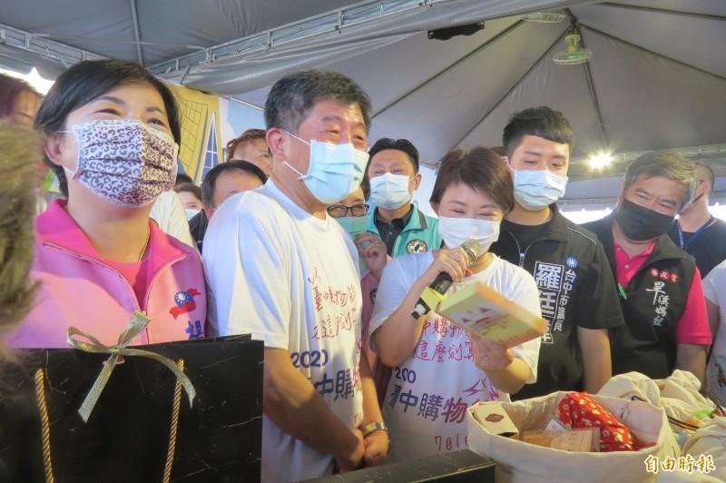 台灣的防疫成績拚出「台灣模式」揚名全球,陳時中(左二)今天在台中透露,秘訣其實很簡單,就是「合作」。(記者蘇孟娟攝)