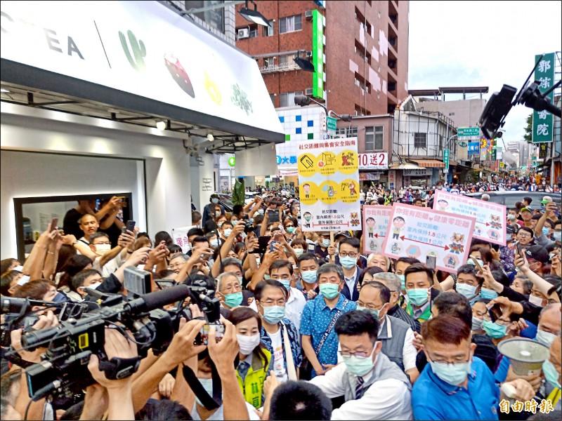 阿中部長一下車就被人潮團團包圍,深深感受到台南人熱情爆表。(記者王姝琇攝)
