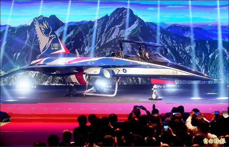 國造高教機「勇鷹」去年在台中漢翔公司50週年慶登場亮相,總統蔡英文出席致詞,並坐上駕駛座比讚。(資料照)