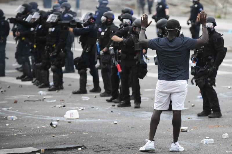 佛洛伊德之死引爆給國各地連日出現抗爭活動,據統計全美17個城市已有超過1400人被逮捕。(美聯社)
