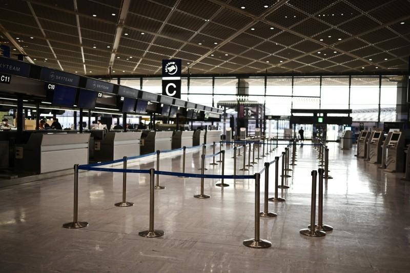 日媒報導指出,日本政府可能先鬆綁4個國家的入境限制,台灣則不在其中。圖為日本東京成田機場。(法新社)