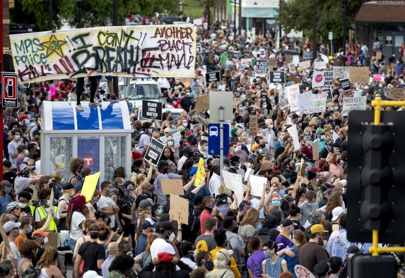 美國民眾莫不義憤填膺,紛紛走上街頭抗議。(美聯社)