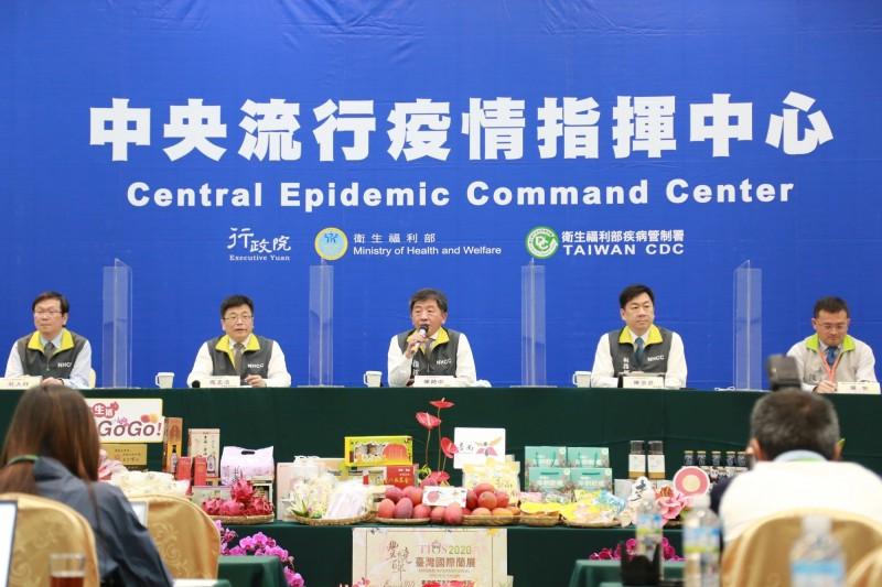 6月解封後又逢7月暑假,中央流行疫情指揮中心指揮官陳時中表示,盼落實防疫新生活規範,將健康行為內化,如果無法維持社交距離,就戴上口罩。(圖由指揮中心提供)