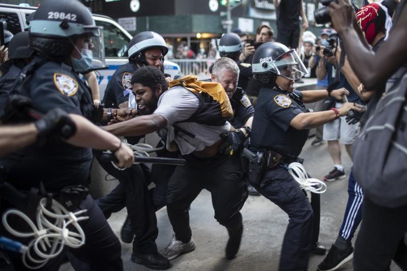 佛洛伊德案引起的示威行動在全美延燒。圖為紐約示威群眾。(美聯社)