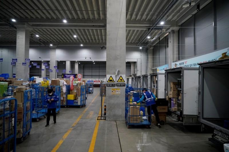 南韓接連爆發群聚感染,日前南韓電商coupang位在京畿道富川市的物流中心又發生武漢肺炎群聚感染,目前已增至111名相關病例,而梨泰院夜店群聚感染確診者也增至270人。圖為位在仁川的coupang物流中心。(路透)