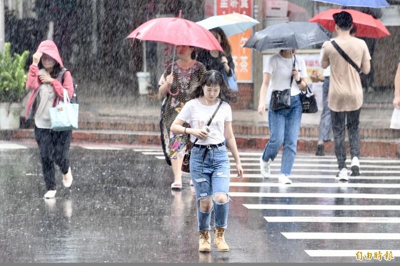 氣象局指出,目前台灣局部地區上空對流旺盛,易有短時強降雨。大雨示意圖。(資料照)