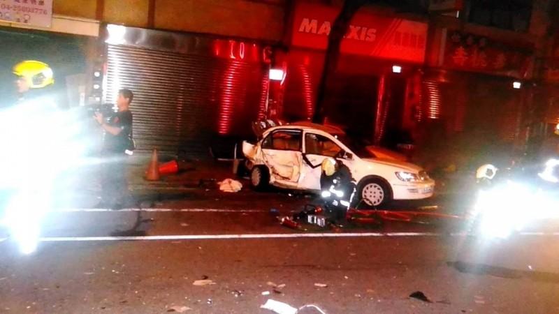 台中市大雅區31日凌晨發生一起死亡車禍。陳男疑酒後開車心虛拒檢高速逃離,途中高速追撞前方自小客,造成1死3傷。(記者歐素美翻攝)