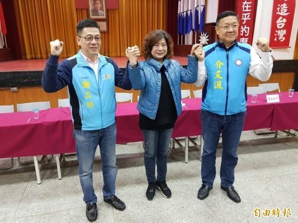 國民黨基隆市黨部2018年1月公布基隆市長初選民調,左為謝立功,中為宋瑋莉。(資料照)