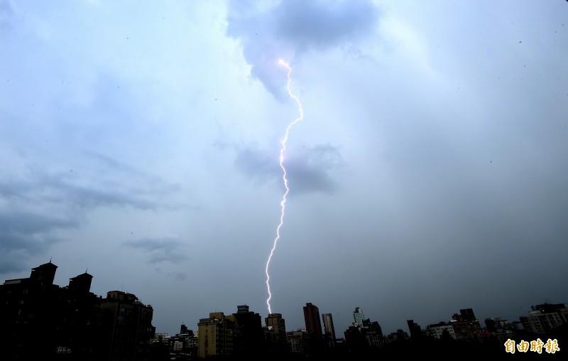 氣象局對新北、宜蘭發布大雷雨即時訊息。閃電示意圖。(資料照)