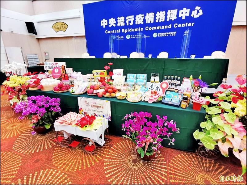 中央流行疫情指揮中心昨至台南召開記者會,也行銷台南農特產品。(記者吳俊鋒攝)