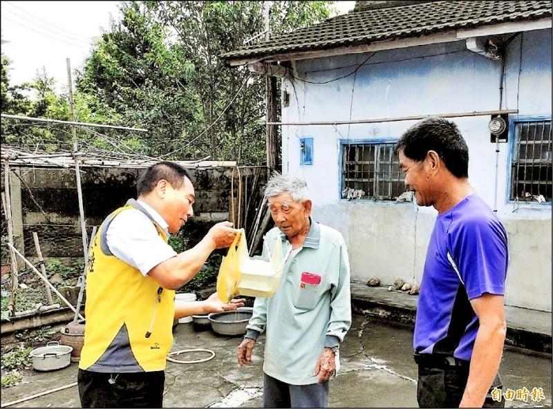 南投縣竹山鎮長陳東睦(左)送地方美食關懷長輩。(記者謝介裕攝)