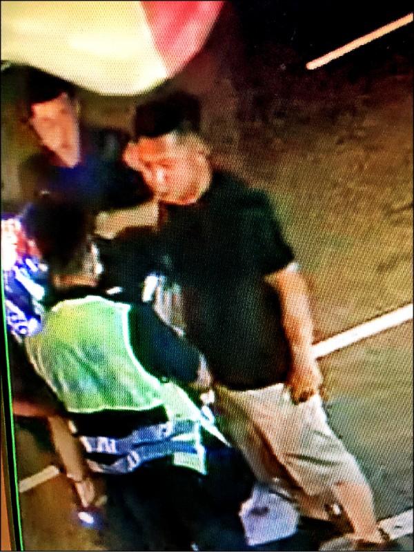 警方為肇事的陳堯敬酒測。(記者歐素美翻攝)