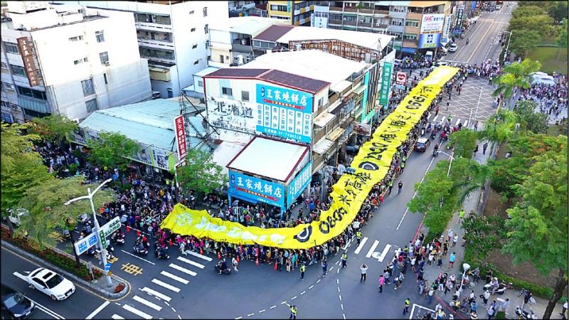 罷韓決戰黃金週日,公民團體「Wecare高雄」昨發起罷韓演習,遊行現場再現長達百公尺的超級民主黃布條。(記者陳文嬋翻攝)