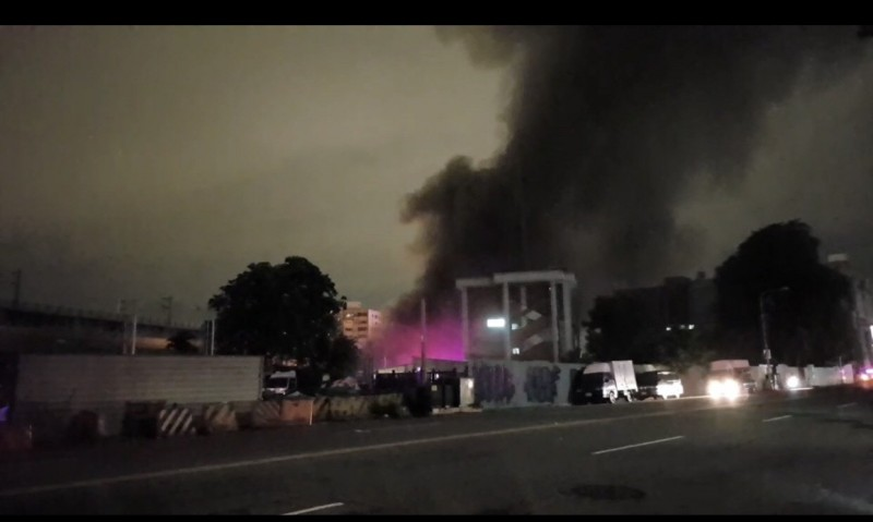 中市舊建國市場驚傳暗夜火警,濃煙夾雜火舌直竄天際,令人怵目驚心。(民眾提供)