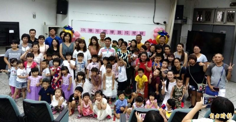 南投市漳和國小師生及家長對於學校附設幼兒園今年獲准增加1班事宜開心不已。(記者謝介裕攝)
