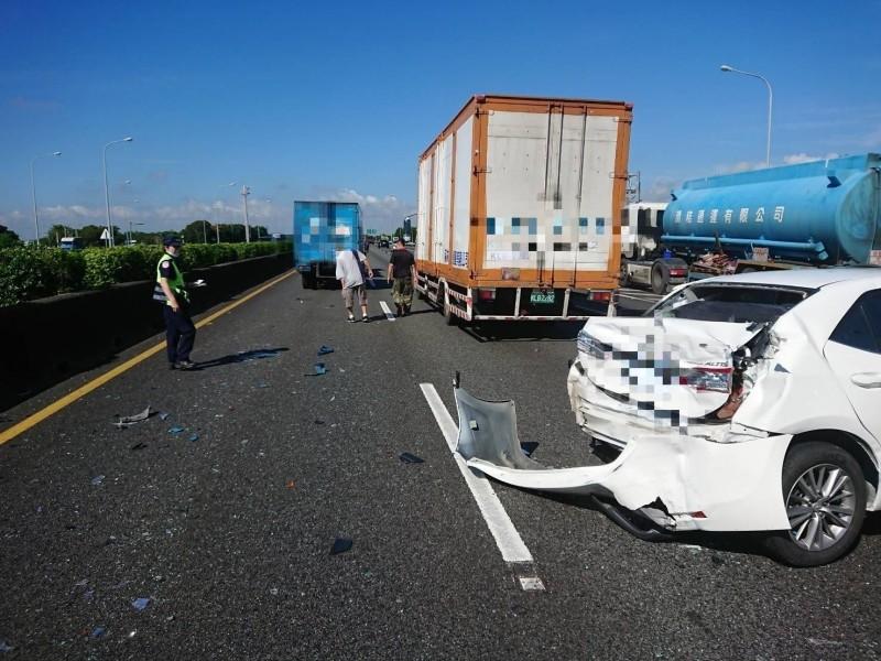 國道一號嘉義段發生連環車禍。(記者林宜樟翻攝)