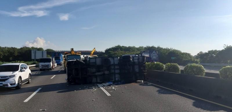 國道一號中山高水上段今天早上6點多時也發生車禍。(記者林宜樟翻攝)