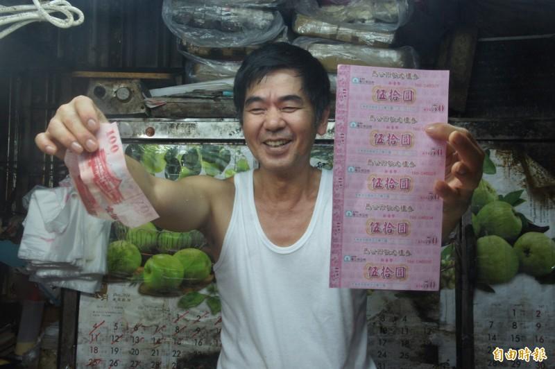 有了敬老禮券加持,攤販生意上升三成,久違不見得笑容重回臉上。(記者劉禹慶攝)