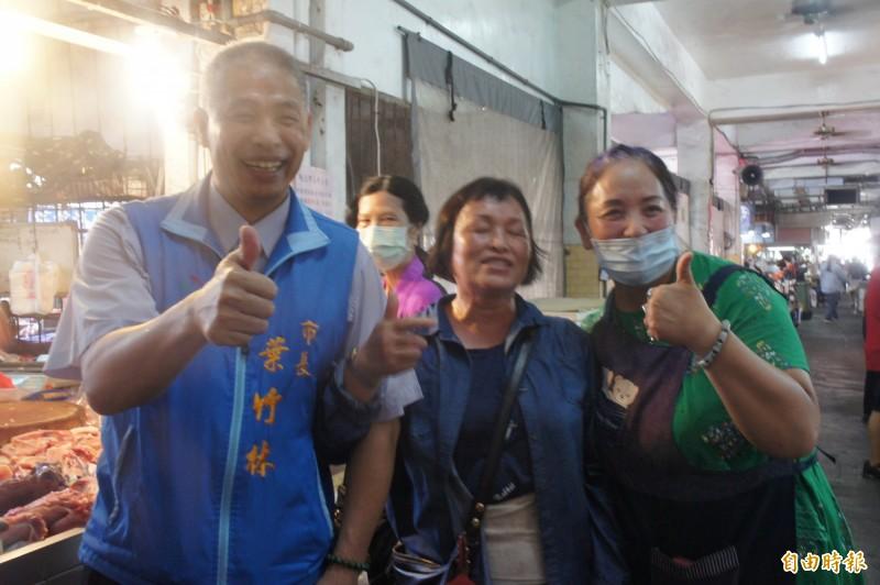 攤販及消費者對於馬公市公所敬老禮券,豎起大拇指讚不絕口。(記者劉禹慶攝)