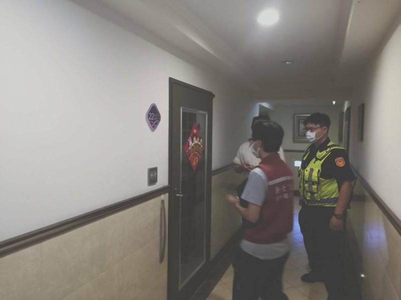 動保處人員會同警方上門查訪二度棄養犬隻的飼主。(動保處提供)
