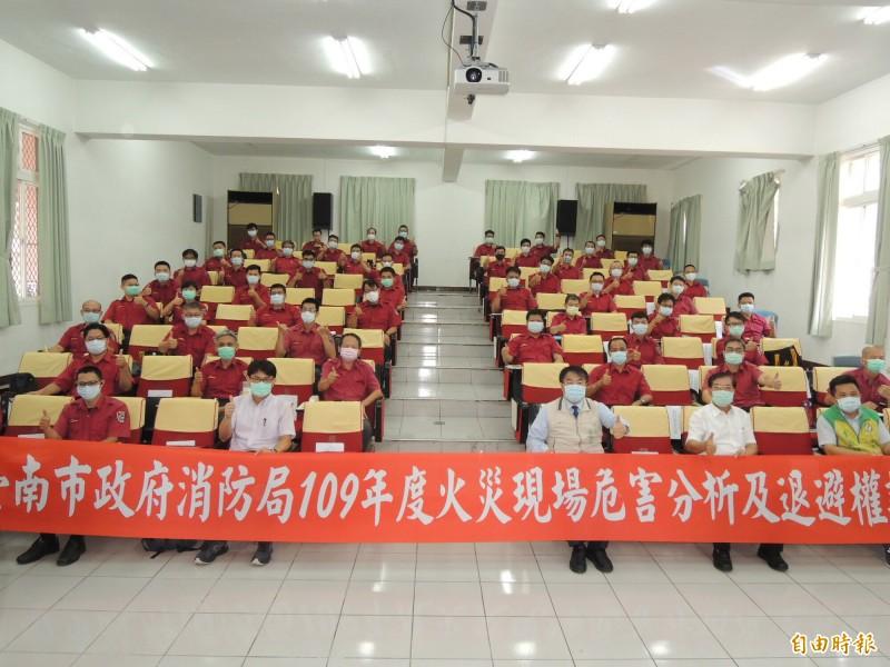 台南市長黃偉哲(前排右三)出席消防幹部訓練課程、強調消防退避權絕非退縮權。(記者王俊忠攝)