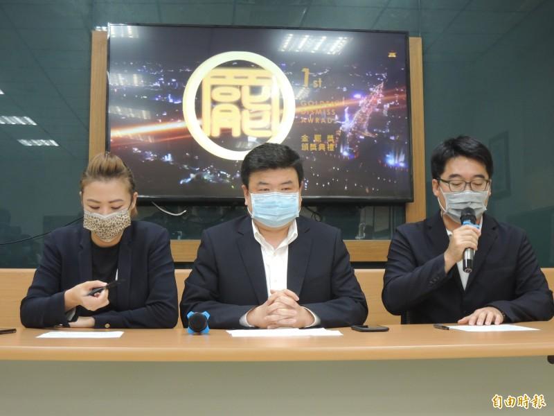 簡煥宗(中)、邱俊憲(右)與高閔琳說明金罷獎得獎情況。(記者王榮祥攝)