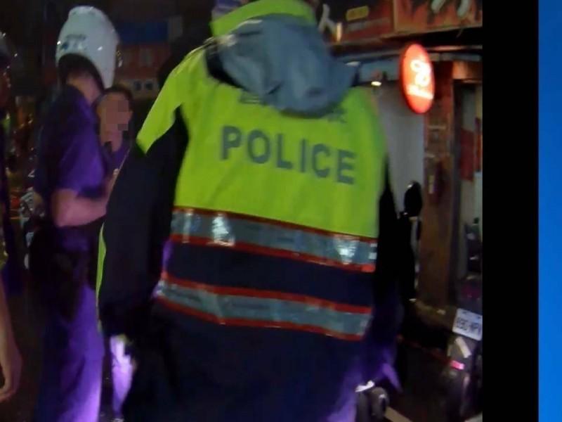 警方派員將吵架的李姓男子與朱姓男子雙方隔開。(記者周敏鴻翻攝)