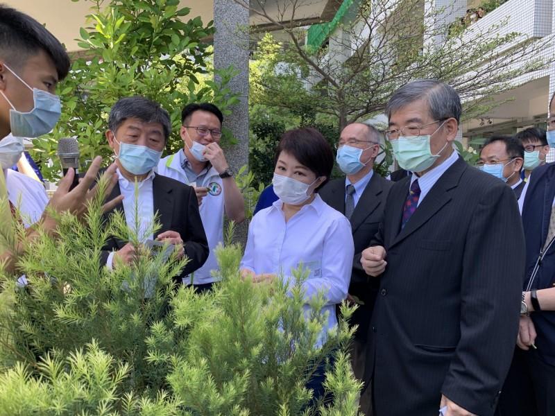 衛福部長陳時中到弘文中學參觀學生種植的香草植物。(民眾提供)