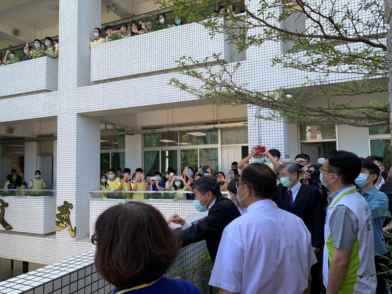 陳時中私訪弘文中學,受到學生熱烈歡迎,紛拿出手機拍照。(民眾提供)