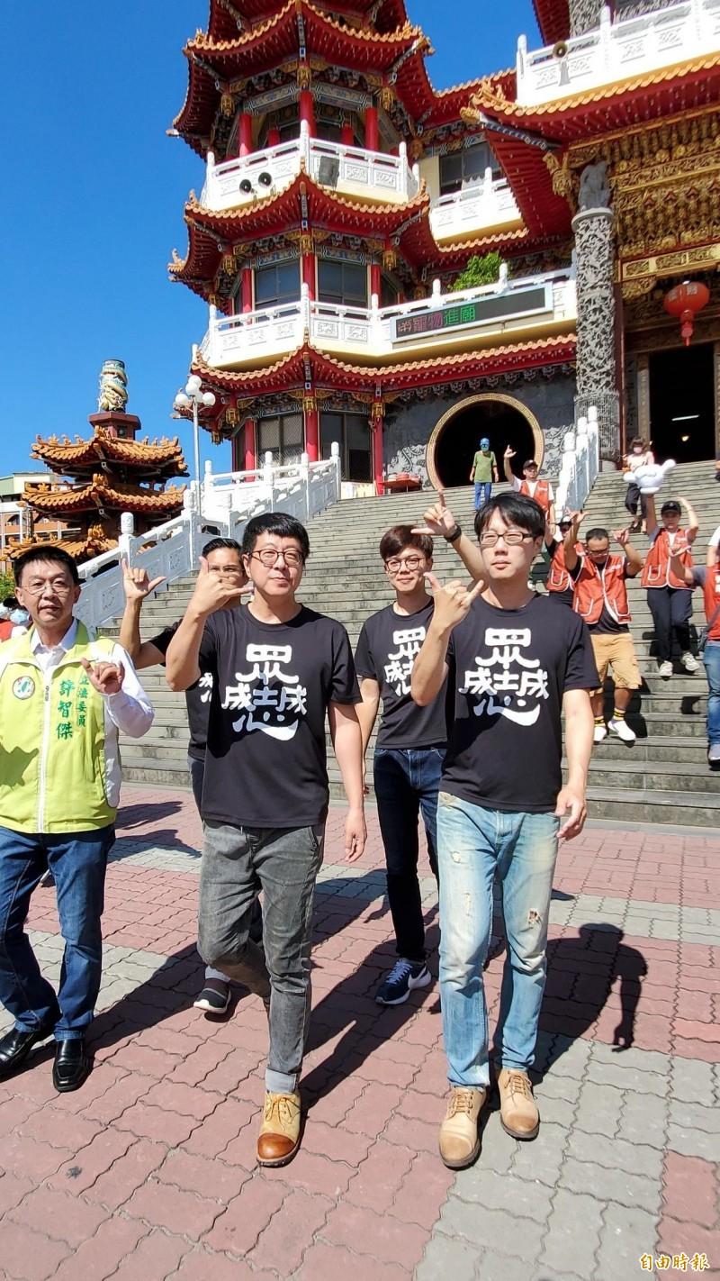 公民團體「Wecare高雄」今到地方信仰中心五甲龍成宮參拜。 (記者陳文嬋攝)