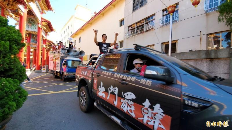 公民團體「Wecare高雄」今於地方信仰中心五甲龍成宮,展開光復高雄車隊掃街行動,兵分三路分進合擊,號召民眾6月6日出來投票,一起罷免韓國瑜、光復高雄。 (記者陳文嬋攝)